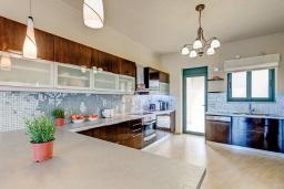 Кухня. Греция, Коккино Хорио : Роскошная вилла с бассейном и видом на море, 2 гостиные, 4 спальни, 5 ванных комнат, барбекю, парковка, Wi-Fi