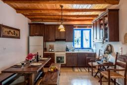 Кухня. Греция, Коккино Хорио : Прекрасная вилла с бассейном, барбекю и видом на море, 5 спален, 2 ванные комнаты, парковка, Wi-Fi