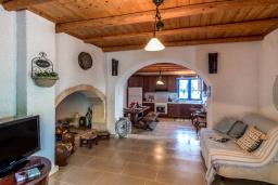 Гостиная. Греция, Коккино Хорио : Прекрасная вилла с бассейном, барбекю и видом на море, 5 спален, 2 ванные комнаты, парковка, Wi-Fi