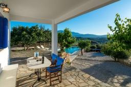 Терраса. Греция, Коккино Хорио : Прекрасная вилла с бассейном, барбекю и видом на море, 5 спален, 2 ванные комнаты, парковка, Wi-Fi