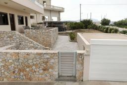 Территория. Греция, Каливес : Новая вилла с зеленым двориком и барбекю, 2 гостиные, 4 спальни, 3 ванные комнаты, парковка, Wi-Fi
