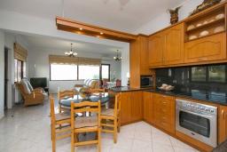 Кухня. Греция, Каливес : Новая вилла с зеленым двориком и барбекю, 2 гостиные, 4 спальни, 3 ванные комнаты, парковка, Wi-Fi
