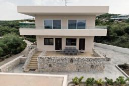 Фасад дома. Греция, Каливес : Новая вилла с зеленым двориком и барбекю, 2 гостиные, 4 спальни, 3 ванные комнаты, парковка, Wi-Fi