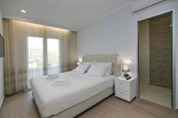 Спальня. Греция, Каливес : Новая вилла с зеленым двориком и барбекю, 2 гостиные, 4 спальни, 3 ванные комнаты, парковка, Wi-Fi