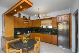 Кухня. Греция, Каливес : Апартамент с гостиной, двумя спальнями и террасой с барбекю