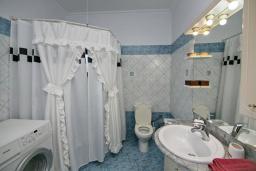 Ванная комната. Греция, Каливес : Апартамент с гостиной, двумя спальнями и террасой с барбекю