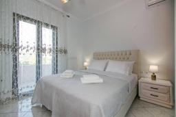 Спальня. Греция, Каливес : Апартамент с гостиной, двумя спальнями и террасой с барбекю