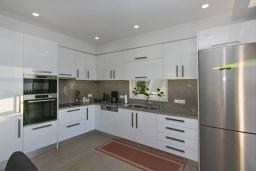 Кухня. Греция, Каливес : Апартамент с гостиной, двумя спальнями, двумя ванными комнатами и террасой с барбекю