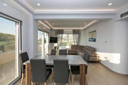 Гостиная. Греция, Каливес : Апартамент с гостиной, двумя спальнями, двумя ванными комнатами и террасой с барбекю