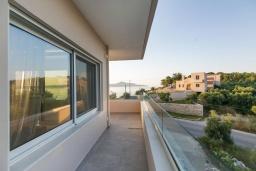 Балкон. Греция, Каливес : Апартамент с гостиной, двумя спальнями, двумя ванными комнатами и террасой с барбекю