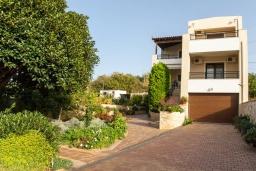 Фасад дома. Греция, Скалета : Прекрасная вилла с зеленым двориком и барбекю, 4 спальни, 3 ванные комнаты, парковка, Wi-Fi