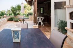 Обеденная зона. Греция, Скалета : Прекрасная вилла с зеленым двориком и барбекю, 4 спальни, 3 ванные комнаты, парковка, Wi-Fi