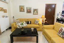 Гостиная. Греция, Скалета : Прекрасная вилла с зеленым двориком и барбекю, 4 спальни, 3 ванные комнаты, парковка, Wi-Fi