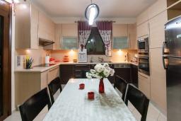 Кухня. Греция, Скалета : Прекрасная вилла с зеленым двориком и барбекю, 4 спальни, 3 ванные комнаты, парковка, Wi-Fi