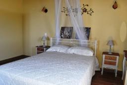Спальня. Греция, Аделе : Уютный дом с 3-мя спальнями, двумя ванными комнатами и террасой с прекрасным видом