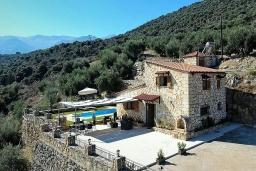 Фасад дома. Греция, Каливес : Прекрасная вилла с бассейном и двориком с барбекю, 2 спальни, 2 ванные комнаты, парковка, Wi-Fi
