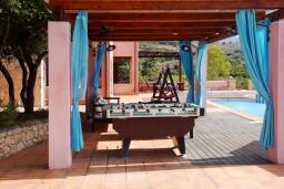 Зона отдыха у бассейна. Греция, Каливес : Роскошная вилла с бассейном и двориком с патио и барбекю, 2 спальни, 3 ванные комнаты, парковка, Wi-Fi