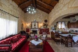 Гостиная. Греция, Каливес : Уютная вилла с бассейном и зеленым двориком с барбекю, 2 спальни, парковка, Wi-Fi