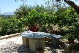 Территория. Греция, Каливес : Уютная вилла с бассейном и зеленым двориком с барбекю, 2 спальни, парковка, Wi-Fi