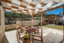 Терраса. Греция, Георгиуполис : Уютная вилла с бассейном и зеленым двориком с барбекю, 2 спальни, 2 ванные комнаты, парковка, Wi-Fi