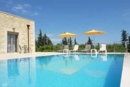 Бассейн. Греция, Георгиуполис : Уютная вилла с бассейном и зеленым двориком с барбекю, 2 спальни, 2 ванные комнаты, парковка, Wi-Fi