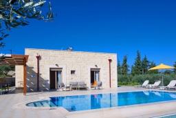 Фасад дома. Греция, Георгиуполис : Уютная вилла с бассейном и зеленым двориком с барбекю, 2 спальни, 2 ванные комнаты, парковка, Wi-Fi