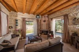 Гостиная. Греция, Георгиуполис : Уютная вилла с бассейном и зеленым двориком с барбекю, 2 спальни, 2 ванные комнаты, парковка, Wi-Fi