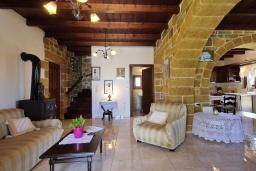 Гостиная. Греция, Киссамос Кастели : Прекрасная вилла с бассейном и зеленым двориком с барбекю, 2 спальни, 2 ванные комнаты, парковка, Wi-Fi