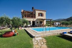Фасад дома. Греция, Киссамос Кастели : Прекрасная вилла с бассейном и зеленым двориком с барбекю, 2 спальни, 2 ванные комнаты, парковка, Wi-Fi