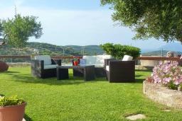 Территория. Греция, Киссамос Кастели : Прекрасная вилла с бассейном и зеленым двориком с барбекю, 2 спальни, 2 ванные комнаты, парковка, Wi-Fi