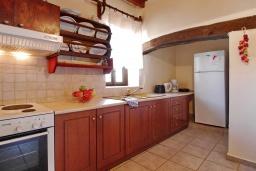 Кухня. Греция, Каливес : Прекрасная вилла с бассейном и двориком с барбекю, 2 спальни, 2 ванные комнаты, парковка, Wi-Fi