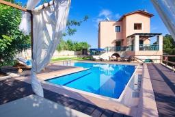 Фасад дома. Греция, Каливес : Роскошная вилла с бассейном и двориком с патио и барбекю, 3 спальни, 3 ванные комнаты, джакузи, настольный теннис, парковка, Wi-Fi