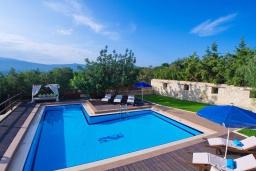 Бассейн. Греция, Каливес : Роскошная вилла с бассейном и двориком с патио и барбекю, 3 спальни, 3 ванные комнаты, джакузи, настольный теннис, парковка, Wi-Fi
