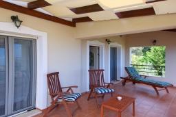 Балкон. Греция, Георгиуполис : Прекрасная вилла с бассейном и двориком с барбекю, 3 спальни, 3 ванные комнаты, настольный теннис, парковка, Wi-Fi