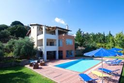 Фасад дома. Греция, Георгиуполис : Прекрасная вилла с бассейном и двориком с барбекю, 3 спальни, 3 ванные комнаты, настольный теннис, парковка, Wi-Fi