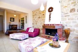 Гостиная. Греция, Георгиуполис : Прекрасная вилла с бассейном и двориком с барбекю, 3 спальни, 3 ванные комнаты, настольный теннис, парковка, Wi-Fi