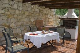 Терраса. Греция, Георгиуполис : Прекрасная вилла с бассейном и двориком с барбекю, 3 спальни, 3 ванные комнаты, настольный теннис, парковка, Wi-Fi