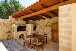 Терраса. Греция, Коккино Хорио : Роскошная вилла с бассейном и зеленым двориком с барбекю, 3 спальни, 2 ванные комнаты, парковка, Wi-Fi