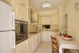Кухня. Греция, Коккино Хорио : Роскошная вилла с бассейном и зеленым двориком с барбекю, 3 спальни, 2 ванные комнаты, парковка, Wi-Fi