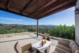 Терраса. Греция, Георгиуполис : Уютная вилла с бассейном и зеленым двориком с барбекю, 3 спальни, 2 ванные комнаты, парковка, Wi-Fi