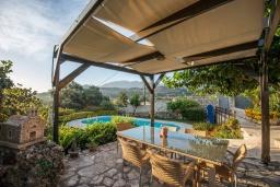 Территория. Греция, Георгиуполис : Уютная вилла с бассейном и зеленым двориком с барбекю, 3 спальни, 2 ванные комнаты, парковка, Wi-Fi
