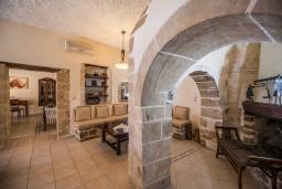 Гостиная. Греция, Георгиуполис : Уютная вилла с бассейном и зеленым двориком с барбекю, 3 спальни, 2 ванные комнаты, парковка, Wi-Fi