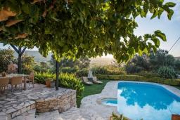 Бассейн. Греция, Георгиуполис : Уютная вилла с бассейном и зеленым двориком с барбекю, 3 спальни, 2 ванные комнаты, парковка, Wi-Fi