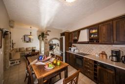 Кухня. Греция, Георгиуполис : Уютная вилла с бассейном и зеленым двориком с барбекю, 3 спальни, 2 ванные комнаты, парковка, Wi-Fi
