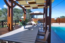 Обеденная зона. Греция, Малеме : Уютная вилла с бассейном и двориком с барбекю, 3 спальни, парковка, Wi-Fi