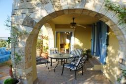 Терраса. Греция, Айя Марина : Прекрасная вилла с бассейном и зеленым двориком с барбекю, 3 спальни, 3 ванные комнаты, джакузи, парковка, Wi-Fi