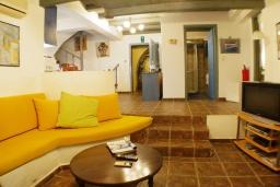 Гостиная. Греция, Айя Марина : Прекрасная вилла с бассейном и зеленым двориком с барбекю, 3 спальни, 3 ванные комнаты, джакузи, парковка, Wi-Fi