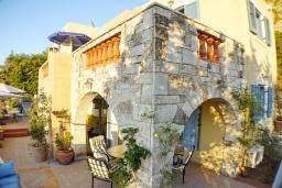 Фасад дома. Греция, Айя Марина : Прекрасная вилла с бассейном и зеленым двориком с барбекю, 3 спальни, 3 ванные комнаты, джакузи, парковка, Wi-Fi