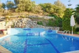 Бассейн. Греция, Айя Марина : Прекрасная вилла с бассейном и зеленым двориком с барбекю, 3 спальни, 3 ванные комнаты, джакузи, парковка, Wi-Fi