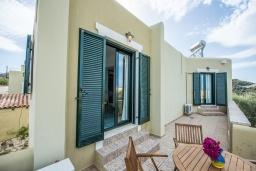 Балкон. Греция, Айя Марина : Прекрасная вилла с бассейном и зеленым двориком с барбекю, 3 спальни, 3 ванные комнаты, джакузи, парковка, Wi-Fi